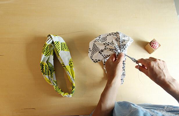 今回は2つのデザインのヘアバンドを作りました! 使った布は、落ち着いたトーンがコーディネートしやすそうなdottriangle  mini(グレー)と、顔周りが明るく